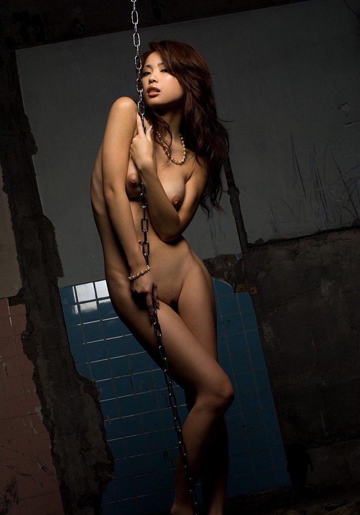 荒廃した部屋と全裸の美女 (14)