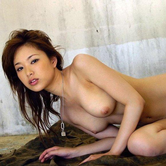 荒廃した部屋と全裸の美女 (1)