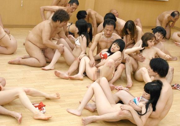 裸の男女が集まって乱交しまくる (13)