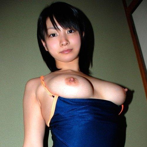 競泳水着を半分脱いで美乳を露出 (1)