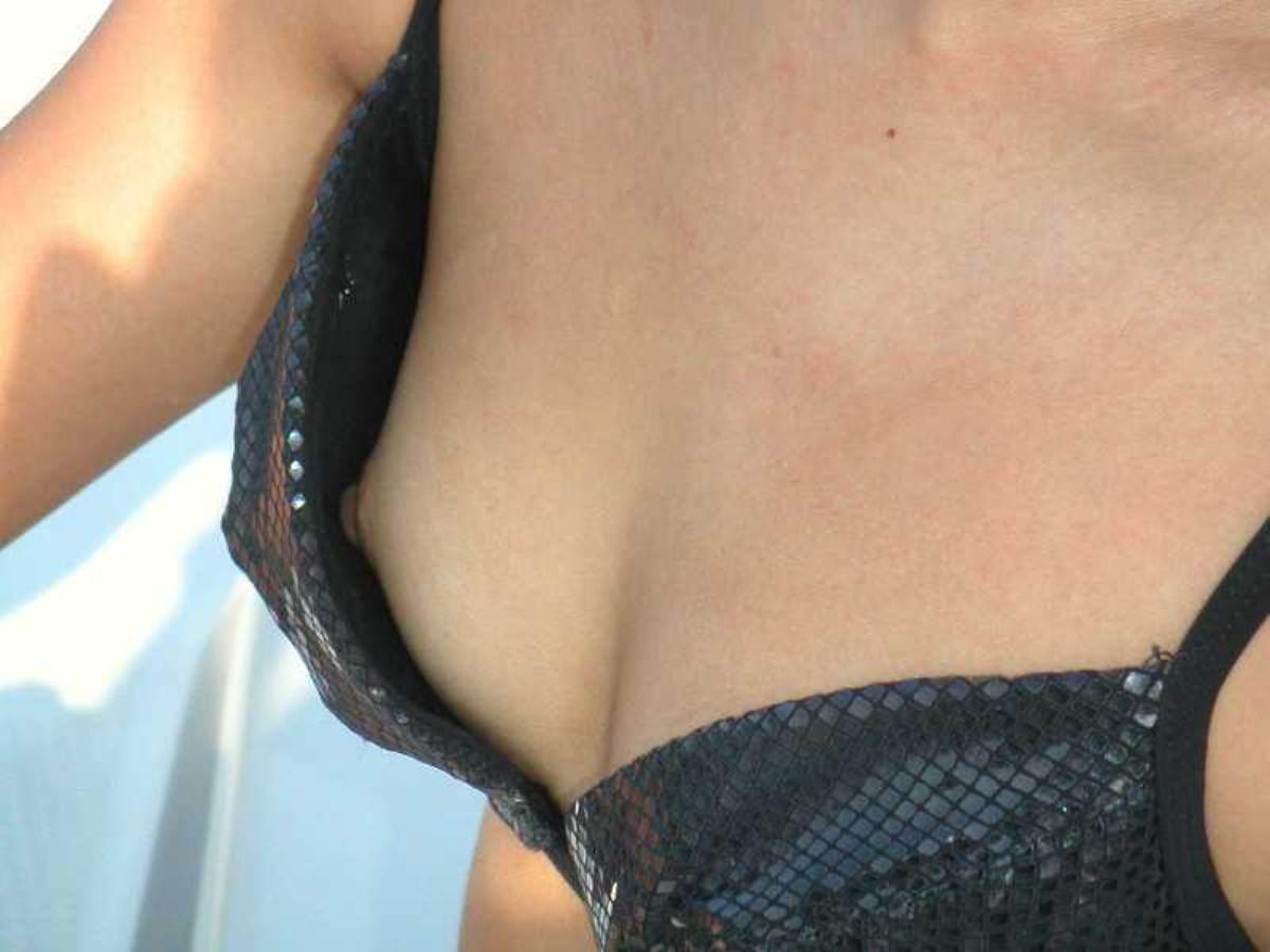 ビキニから乳首がポロッと出ちゃった (6)