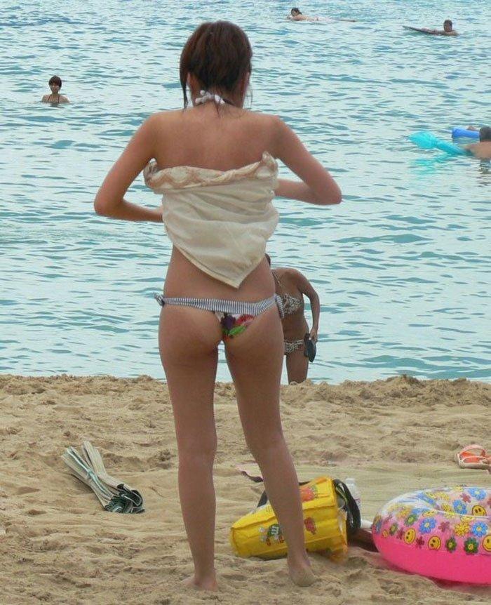ビーチの隅で水着に着替えている女の子 (14)