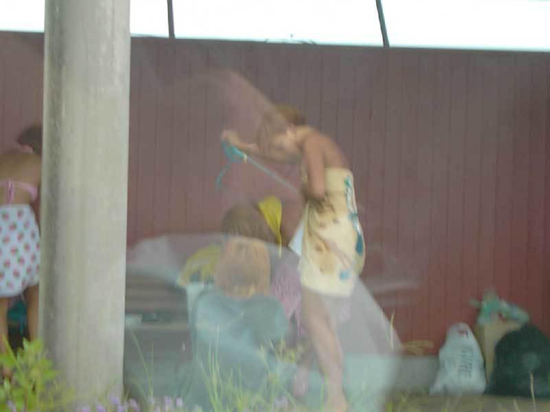 ビーチの隅で水着に着替えている女の子 (9)