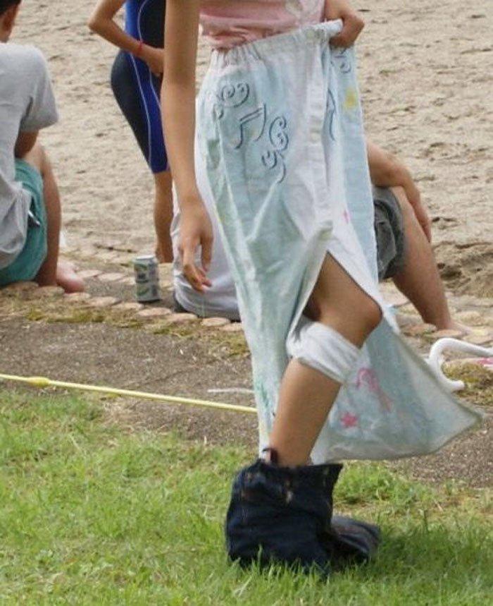 ビーチの隅で水着に着替えている女の子 (17)