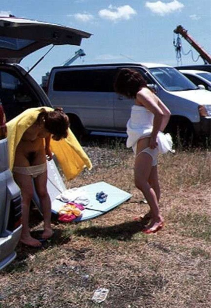 ビーチの隅で水着に着替えている女の子 (16)
