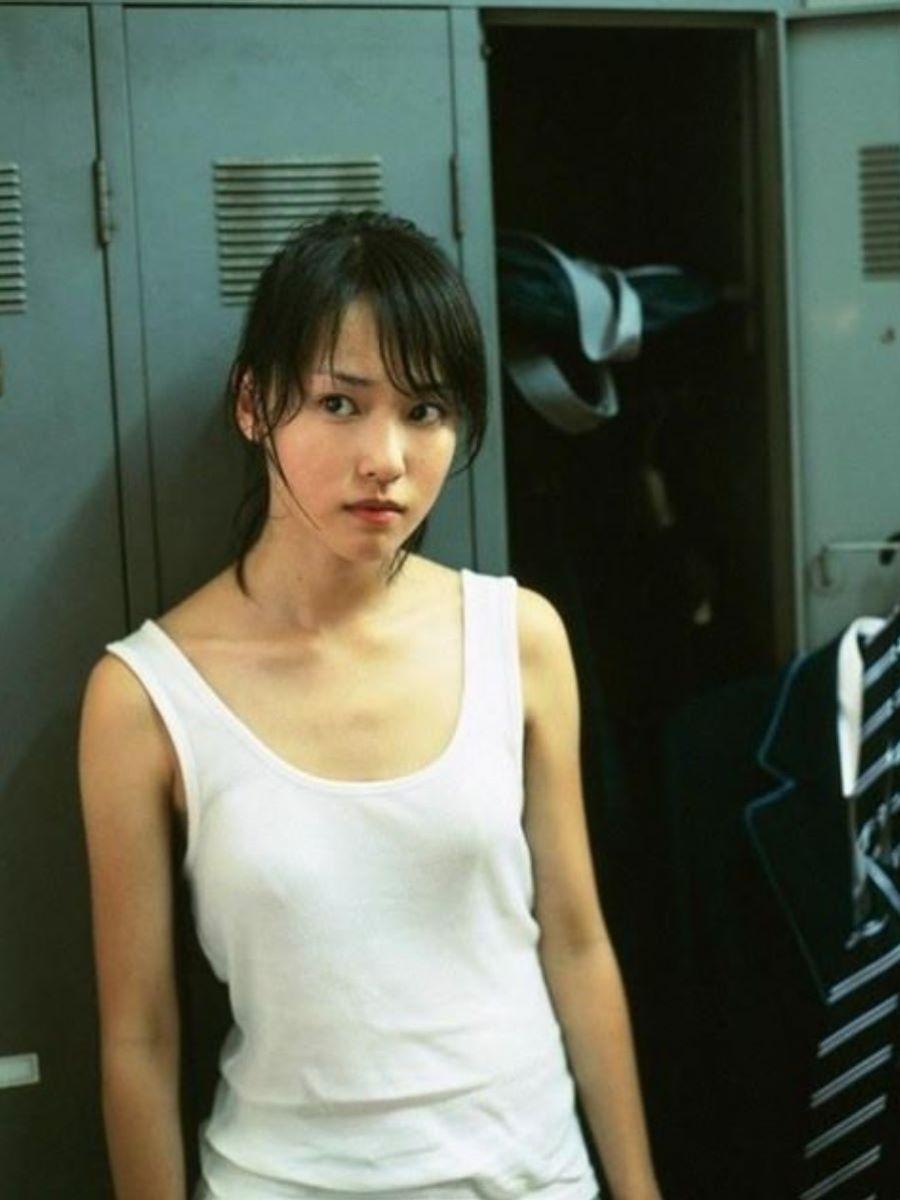 タンクトップの服から生乳が見えまくり (17)