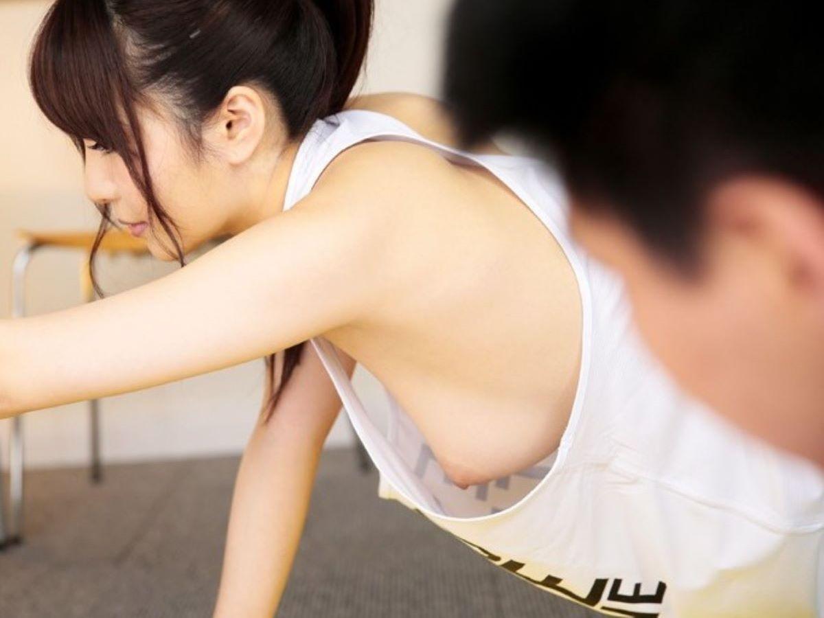 タンクトップの服から生乳が見えまくり (7)