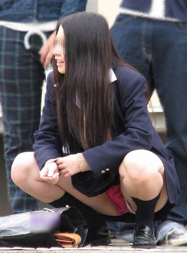制服のスカートからパンツが見えてる (2)