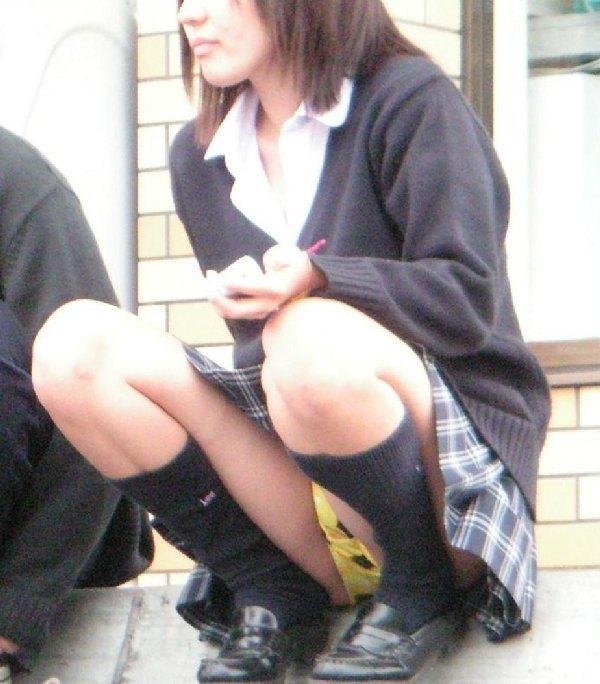 制服のスカートからパンツが見えてる (19)