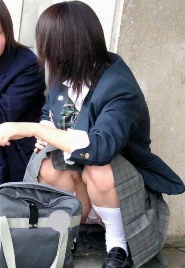 制服のスカートからパンツが見えてる (16)