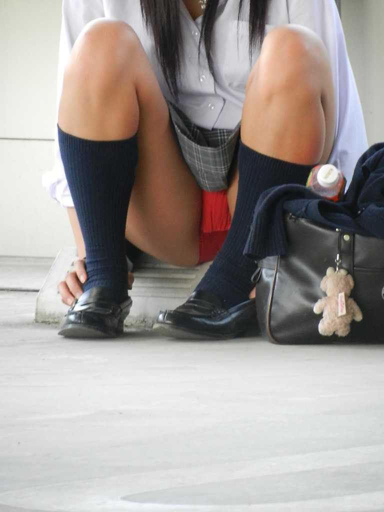 制服のスカートからパンツが見えてる (9)
