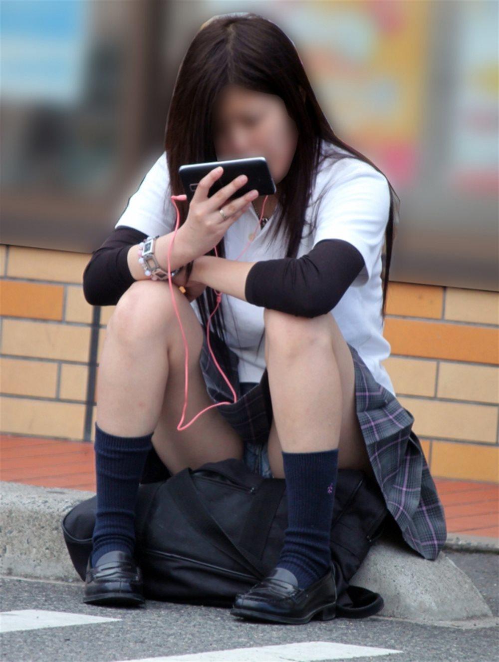 制服のスカートからパンツが見えてる (10)