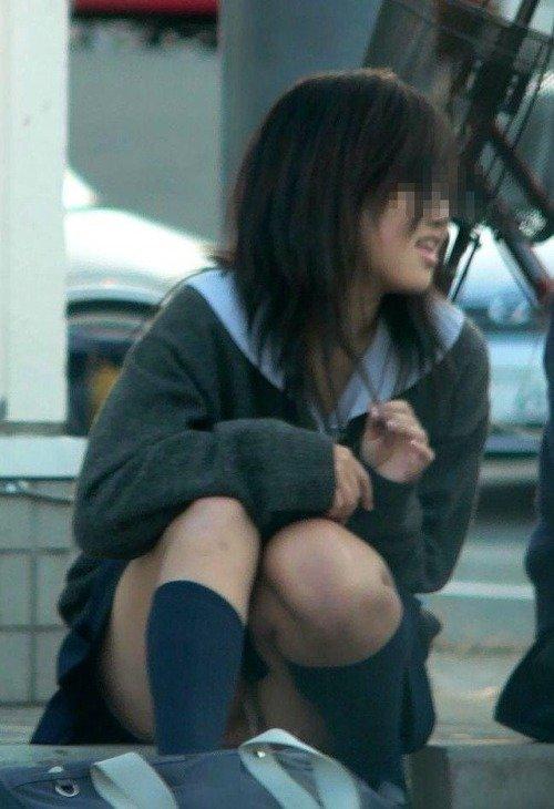 制服のスカートからパンツが見えてる (11)