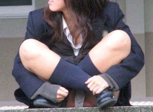 制服のスカートからパンツが見えてる (4)