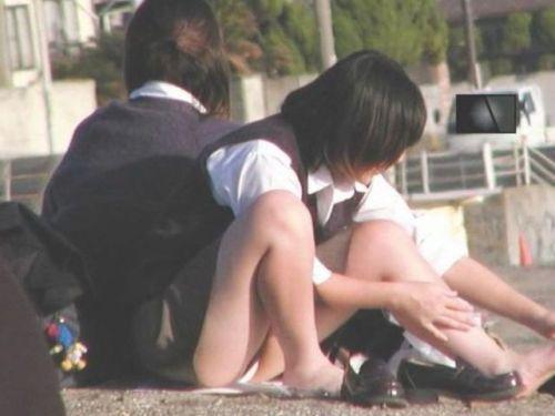 制服のスカートからパンツが見えてる (6)