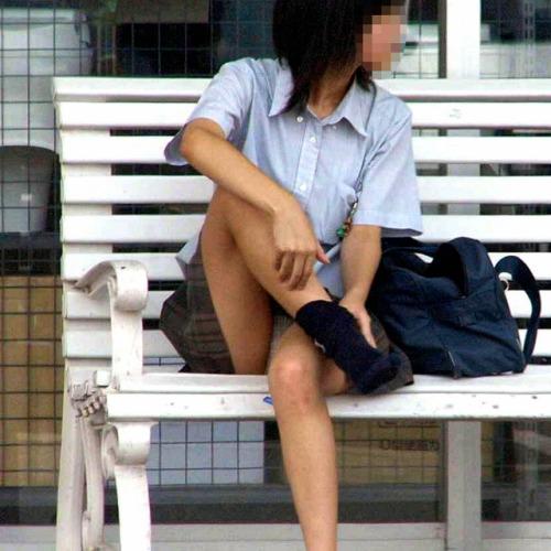 制服のスカートからパンツが見えてる (3)