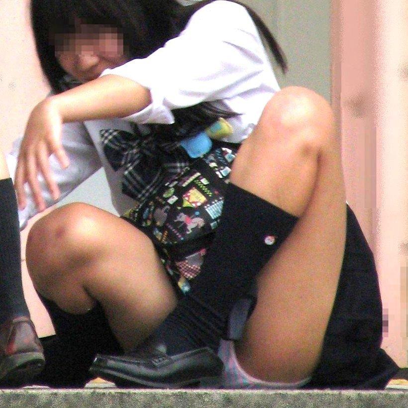 制服のスカートからパンツが見えてる (1)