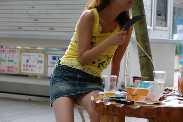 ミニスカートを穿いたらパンチラしちゃった素人さん (3)