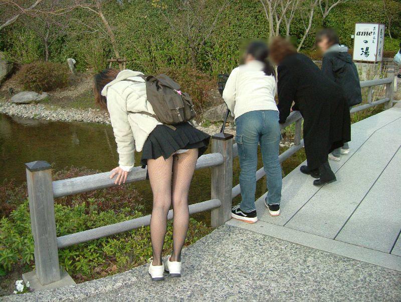 ミニスカートを穿いたらパンチラしちゃった素人さん (16)