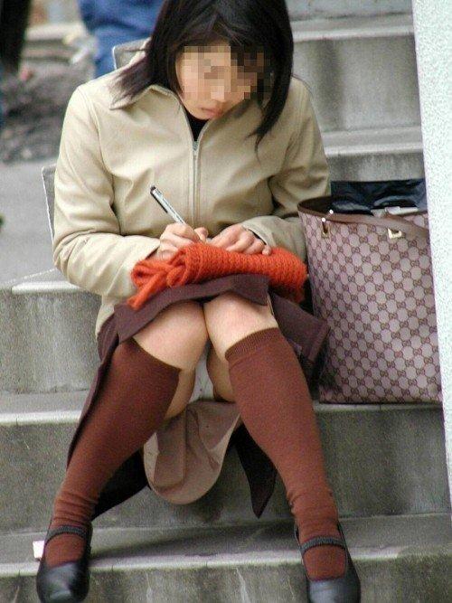 座りパンチラが興奮するスカート姿の女性 (6)