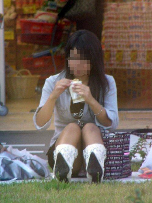 座りパンチラが興奮するスカート姿の女性 (11)