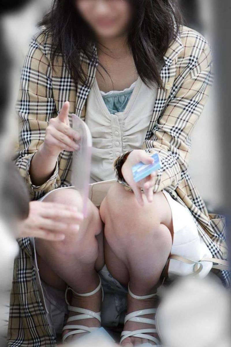 座りパンチラが興奮するスカート姿の女性 (4)