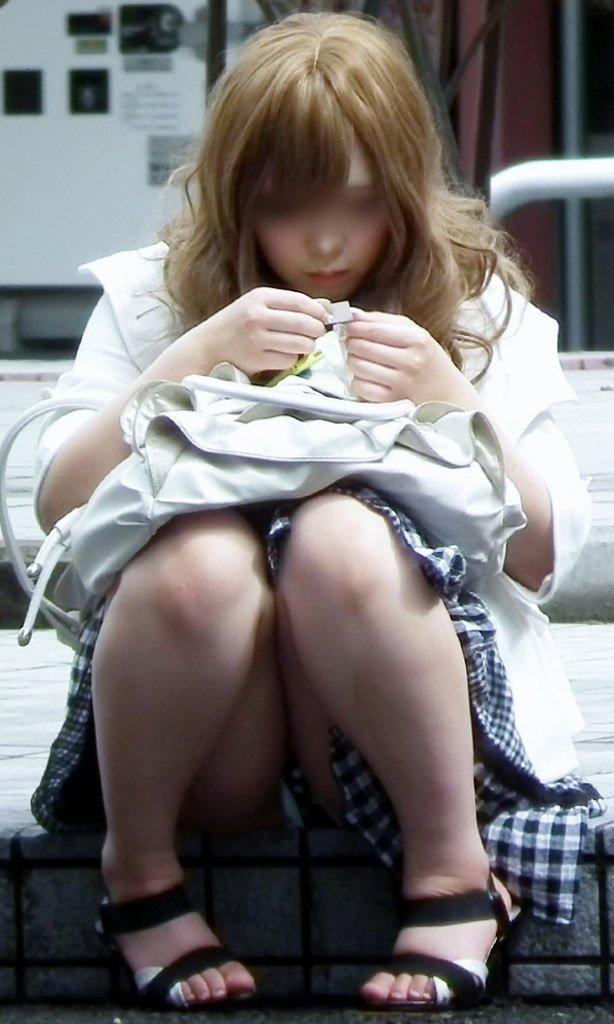 座りパンチラが興奮するスカート姿の女性 (3)