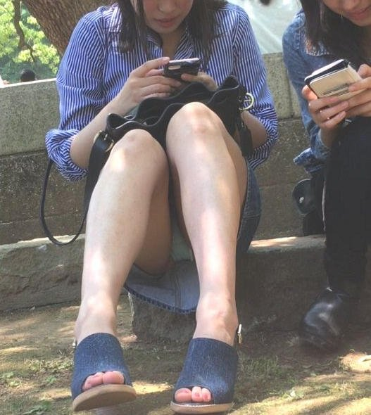 座りパンチラが興奮するスカート姿の女性 (8)