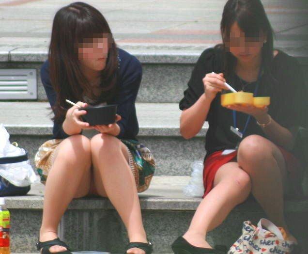座りパンチラが興奮するスカート姿の女性 (12)