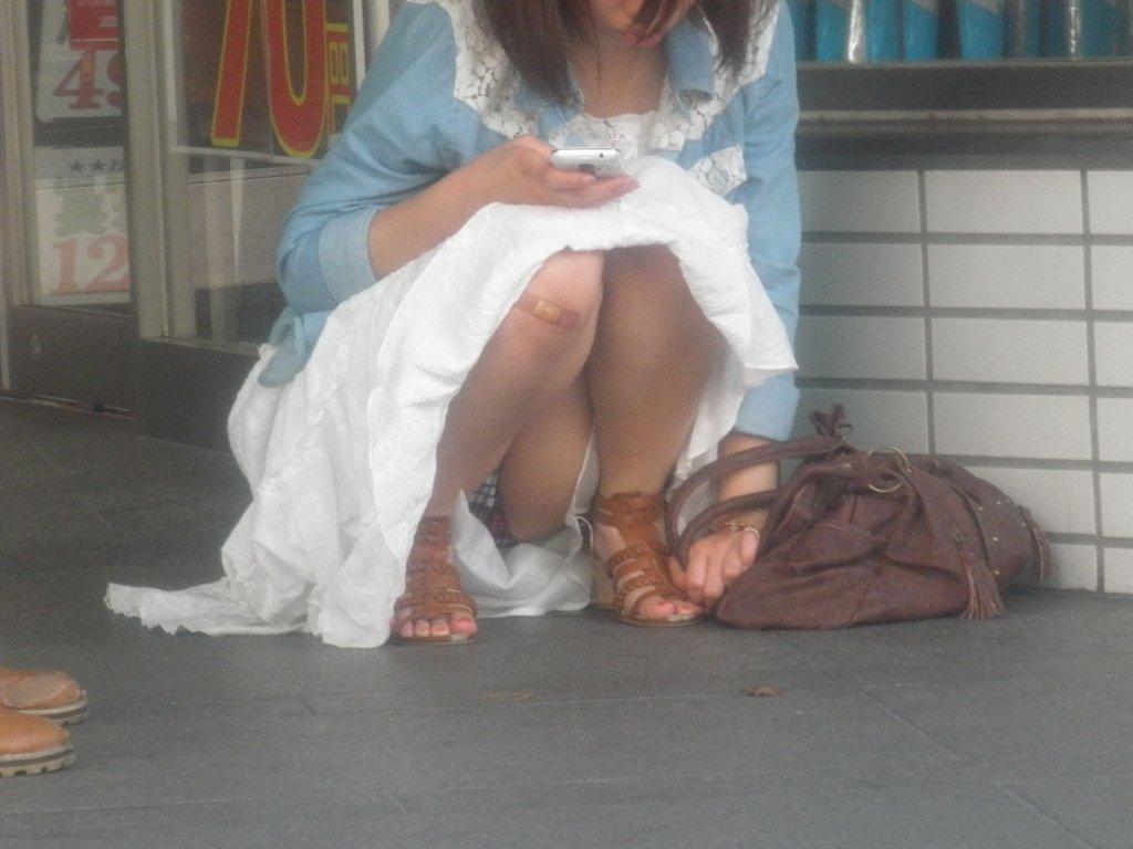 座りパンチラが興奮するスカート姿の女性 (13)