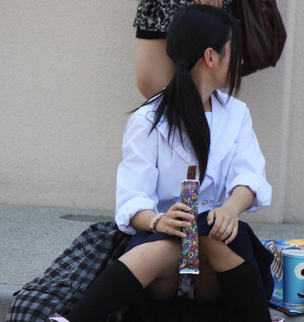 座りパンチラが興奮するスカート姿の女性 (17)