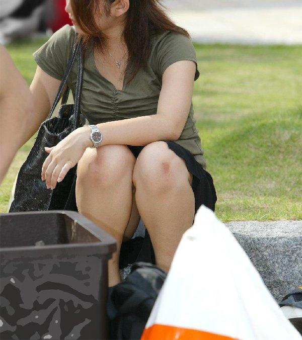 座りパンチラが興奮するスカート姿の女性 (16)