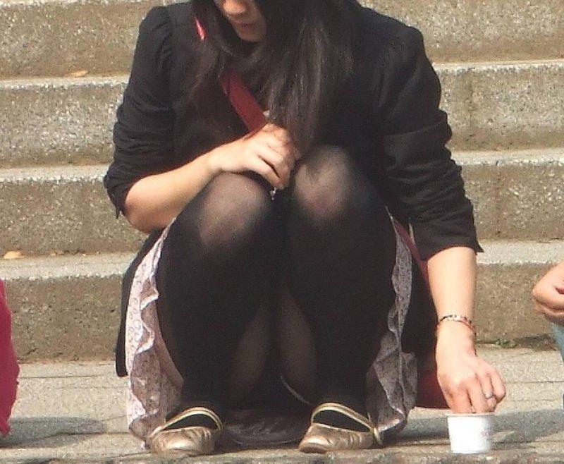 しゃがみパンチラの女の子 (4)
