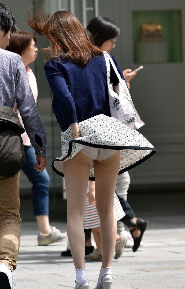 風でスカートが捲れてパンチラしまくり (2)