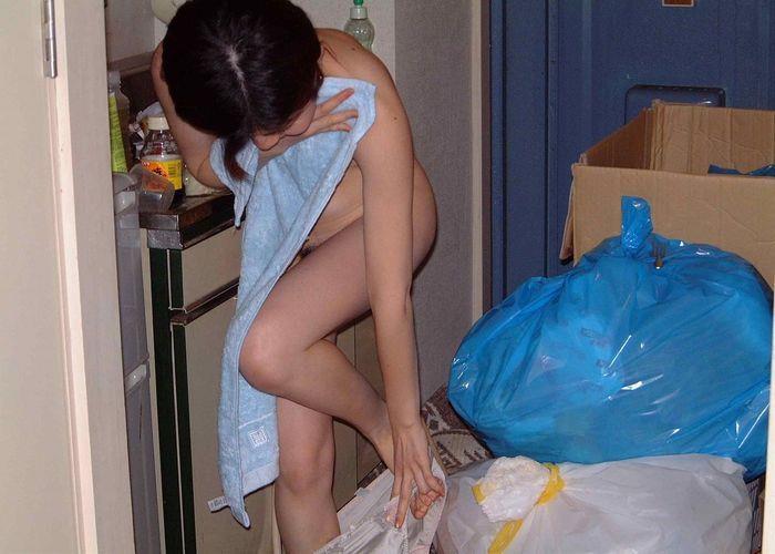 全裸にバスタオルという風呂上がりの姿 (9)