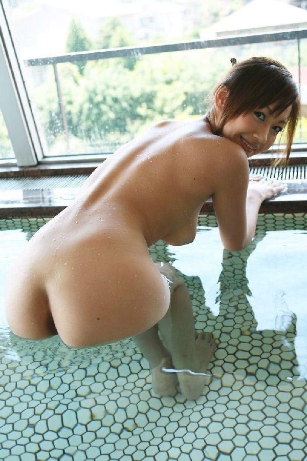 ヌード美女の入浴姿 (5)