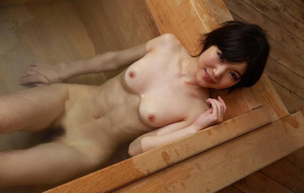 ヌード美女の入浴姿 (8)