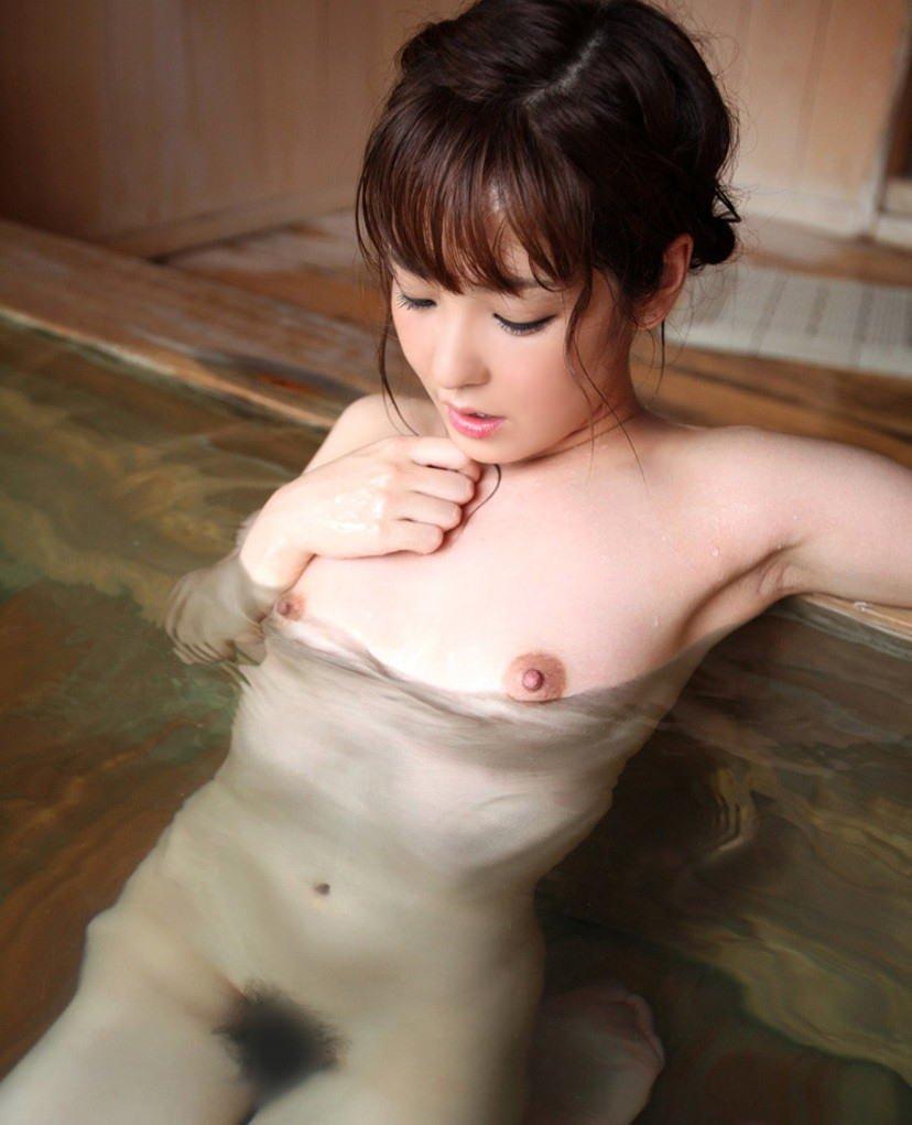 ヌード美女の入浴姿 (3)