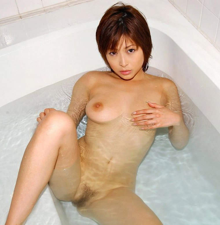 全裸で入浴している美女たちの、濡れた肌がセクシー