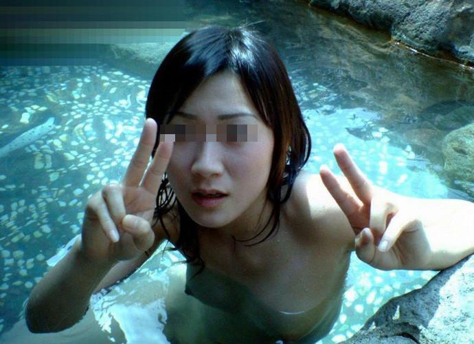 温泉や風呂場で撮影されたピース女性 (14)