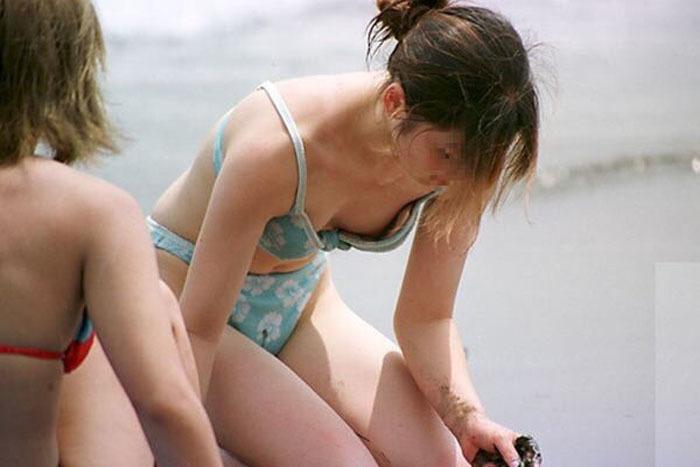 ビキニから乳首や股間がポロッと出ちゃった (12)