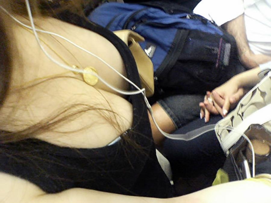 電車で見つけた着衣巨乳女性 (11)