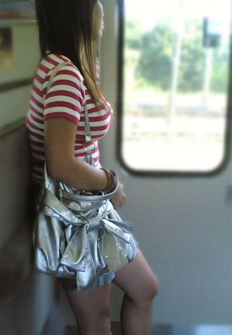 電車で見つけた着衣巨乳女性 (17)