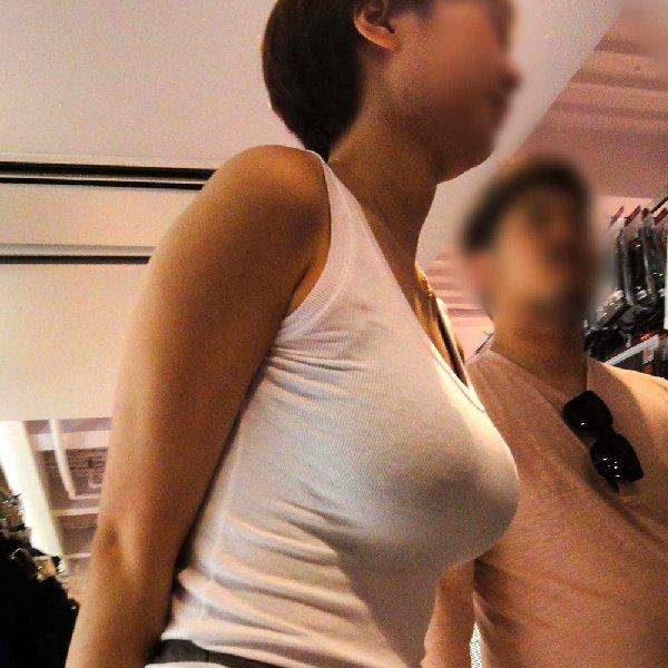 服の上からでも分かる巨乳 (1)