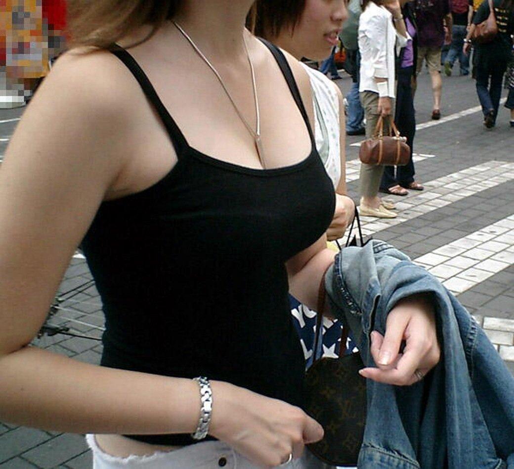 服の上からでも分かる巨乳 (17)