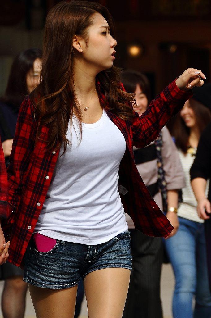 大きな巨乳を揺らしながら街を歩く (3)
