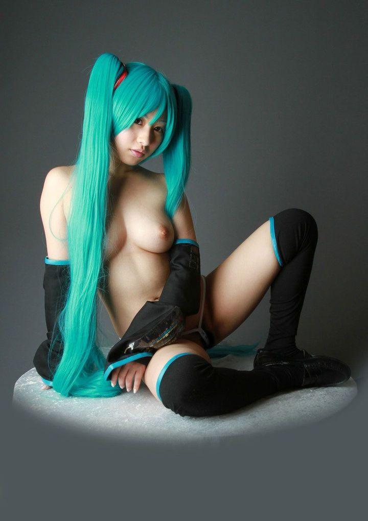 コスプレしながら裸になる女の子 (5)