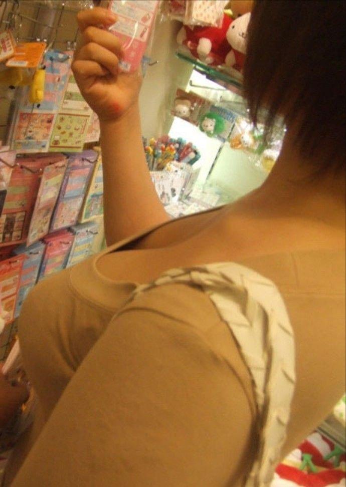お店の中で胸の谷間が見えてる (14)