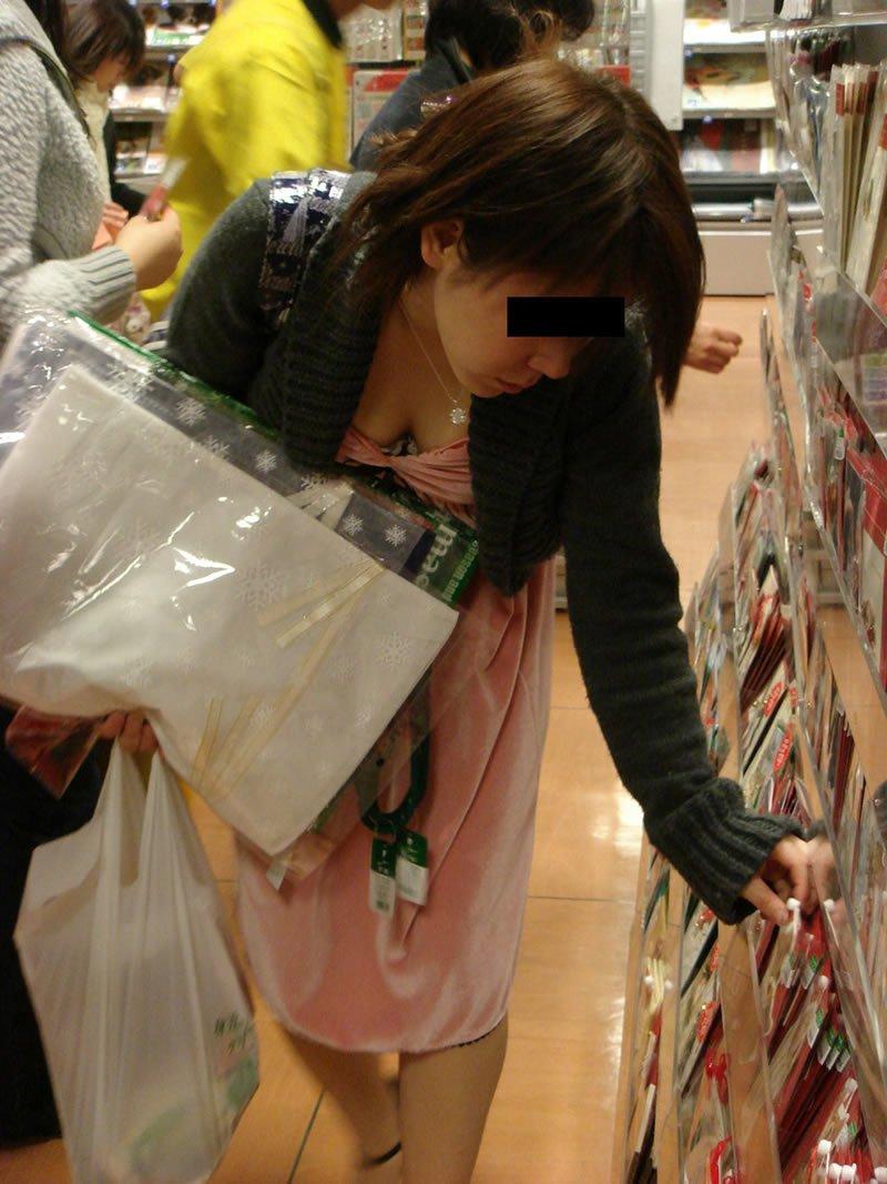 お店の中で胸の谷間が見えてる (10)