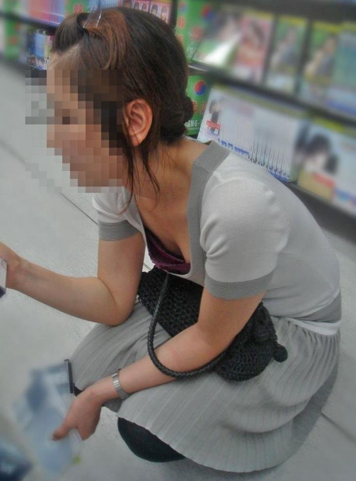 お店の中で胸の谷間が見えてる (18)